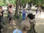 Passejant amb la companyia del mestre jardiner Joan Bordas que ens ajuda a reconèixer la vegetació.